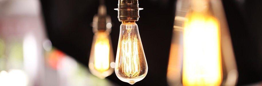 Drei hängende Glühbirnen